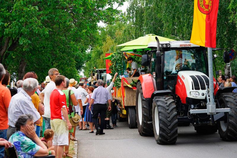 HJ-Luntzer_wein-kulturtage_traktorfahrt